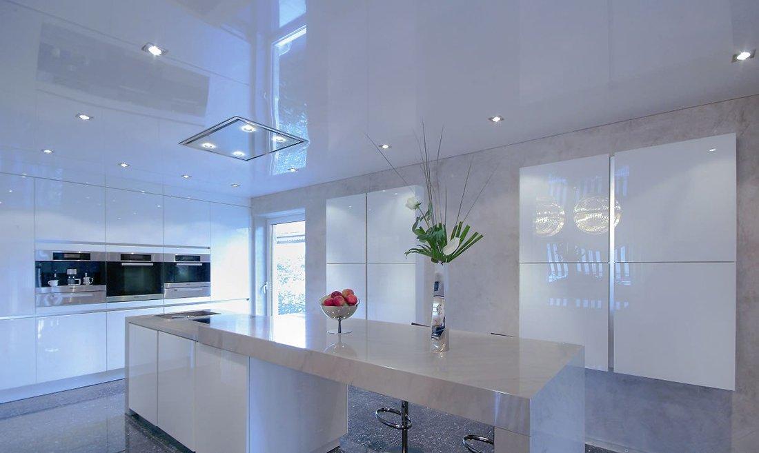 Кухня с низким глянцевым натяжным потолком